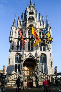 c158d42eeb Das Rathaus von Gouda in Holland steht mitten auf dem Marktplatz und dort  findet auch der