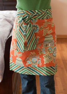 Easy apron tutorial - because I have a strange obsession with aprons Sewing Hacks, Sewing Tutorials, Sewing Crafts, Sewing Projects, Diy Crafts, Sewing Aprons, Sewing Clothes, Apron Tutorial, Sewing Patterns For Kids
