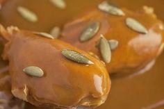 El Pipián es una salsa muy especial por que se prepara con pepitas. Aunque la salsa en pipián se vuelve más especial cuando se combina con el pollo... la tiene que probar.