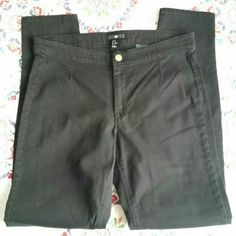 """Black Twill Skinny Jeans So flattering! Super dark and lightweight fabric. Front darts and back yoke for smooth fit. Fantastic used condition: no stains, tears, or snags. Note: no pockets. 98% cotton, 2% elastin. Only worn twice and cleaned per instructions. Measured flat: waist 15.5"""", rise 9"""", inseam 29"""", leg opening 5.25"""". H&M Pants Skinny"""