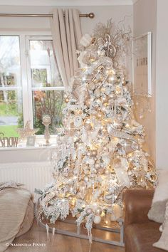 If you are looking for Christmas designs and you are on a restricted spending plan, you are advised to not give into your impulse buying prompts. Champagne Christmas Tree, Elegant Christmas Trees, Silver Christmas Tree, Christmas Tree Themes, Noel Christmas, Beautiful Christmas, Christmas Mantles, Victorian Christmas, Xmas Tree