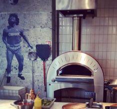 Profesionálna pizza pec Quattro Pro je k dispozícii vo verzii na plyn a drevo, alebo aj ako hybrid pri dokúpení príslušenstva Hybrid kit. Jednoducho pripojte komínové potrubie k drevenej verzii a plynovú verziu len jednoducho umiestnite pod digestor. #alfa1977 #pizzapec #pec #pizza #oven #design #designoven #gastronomy #ristorante #forni #pizzeria #food Alfa Alfa, Ovens, Popcorn Maker, Pizza, Kitchen Appliances, Diy Kitchen Appliances, Home Appliances, Stoves, Kitchen Gadgets