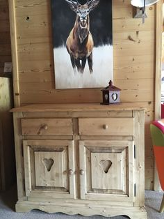 Une idée de déco montagne pour votre maison :) Un bahut en sapin massif, une toile typiquement montagne et le tour est joué ! #decomontagne #decochalet #cerf #coeur #meubles #meublesmontagne #lecoinmontagne