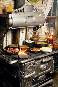 Great Absolutely Free antique Wood Stove Tips Even though real wood is regarded as the eco-friendly heating system process, the item never is very much talk. Antique Kitchen Stoves, Antique Wood Stove, Old Kitchen, How To Antique Wood, Country Kitchen, Vintage Kitchen, Country Living, Wood Burning Cook Stove, Wood Stove Cooking
