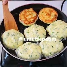 @umutsepetim ellerinize sağlık  Kahvaltılarınızın Yıldızı olacak çook  mu çok nefis, börek tadında  peynirli kaşık dökmesini 5 dakikada hazırlayabilirsiniz. Mayalı hamur gibi puf puf kabaran bu lezzeti kaçırmayın. Tarifi yazıyorum canlar ❤️ Peynirli Kaşık Dökmesi  Malzemeler; 2 adet yumurta 1 su bardağı yoğurt 1 kahve fincanı sıvıyağ 1 tutam maydanoz 1 kase beyaz peynir 1 tutam tuz 1 paket kabartma tozu 1,5 su bardağı un  Hazırlanışı;  Yumurtaları  karıştırma  kabına  alın. 1 su bar...