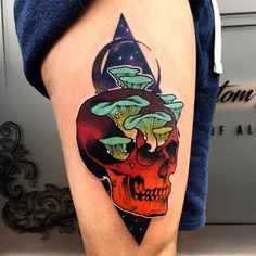 Trippy skull tattoo on the right thigh.