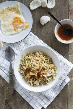 Bloemkoolnasi met extra veel groenten, kipfilet en zoetzure saus. De rijst is in dit gerecht vervangen door gemalen bloemkool, koolhydraatarm recept.