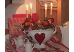 Selbstgemachte Adventsdeko mit vielen Sachen aus  meinem Garten.?pfel,Zier?pfel,etwas Tanne und einem  Kranz aus Weide. Die alte Suppensch?ssel sowie die  Pl?tzchenausstecher stammen noch von meiner Omi.