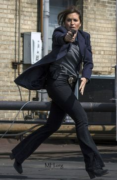 Absolutely awesome shot of Olivia Benson. Benson And Stabler, Elite Squad, Olivia Benson, What A Girl Wants, Mariska Hargitay, Law And Order, Role Models, Favorite Tv Shows, Detective