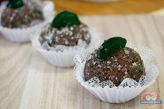 Faça um docinho de festa diferente e delicioso, o Brigadeiro de Cereja Menta. Receita no link: http://xamegobom.com.br/receita/brigadeiro-de-cereja-menta/