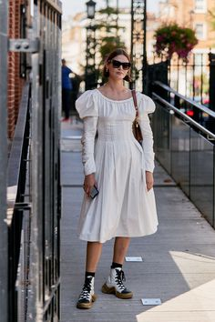 Street style london 39476934221435367 - Unique White Prairie Dress The Latest Street Style From London Fashion Week Haute Couture Style, London Fashion Weeks, Top Street Style, Spring Street Style, Cute Dresses, Dresses With Sleeves, Sleeve Dresses, Midi Dresses, London Stil
