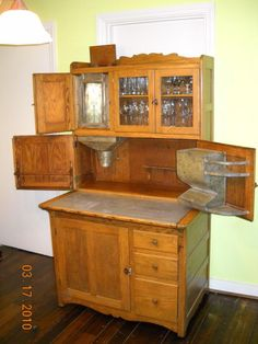 Read the 1908 Hoosier Cabinet discussion from the Chowhound Cookware, Kitchen Remodel food community. Join the discussion today. Country Cupboard, Country Kitchen, Cosy Kitchen, Country Farm, Vintage Furniture, Home Furniture, Colonial Furniture, Furniture Projects, Kitchen Furniture