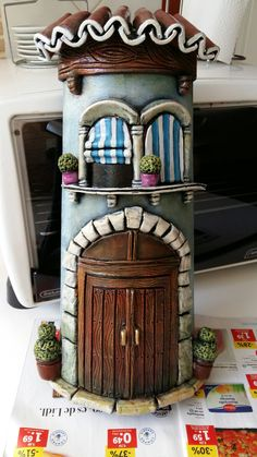 Silvia Solchaga's media content and analytics Clay Fairy House, Fairy Garden Houses, Clay Houses, Ceramic Houses, Tile Crafts, Clay Crafts, Wine Bottle Art, Wine Bottle Crafts, Plastic Container Crafts