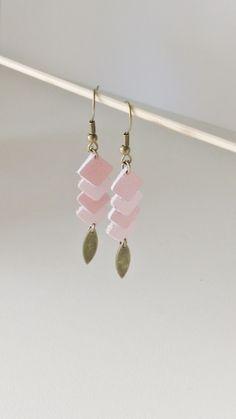 Boucles d'oreille graphiques minis losanges cuir rose pastel et rose poudré tendance : Boucles d'oreille par izzybijoux