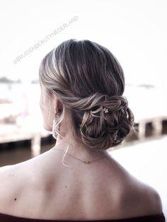 Lage opsteek kapsel voor bruidsmeisjes of bruidsgasten. Low bun updo hairstyle for bridesmaids Princess Wedding, Prom Hair, Updos, Blonde Hair, Wedding Hairstyles, Braids, Hair Beauty, Bob, Hair Styles