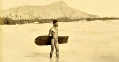 """Photo of surfer wearing traditional garb with Diamond Head in the background. Oahu, Hawaii This is the first known photograph ever taken of a surfer. """"The history of surfing in Hawaii tells that. Vintage Hawaii, Vintage Surf, Retro Surf, Vintage Photographs, Vintage Photos, Surf Session, Photo Surf, Tahiti, Picture Stand"""