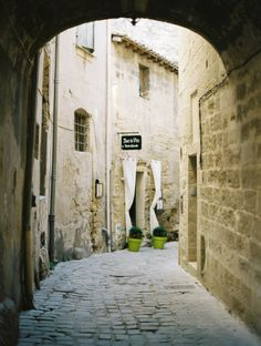 Cobblestone Alley in Uzes France | photography by http://fleeting-moments.tumblr.com/