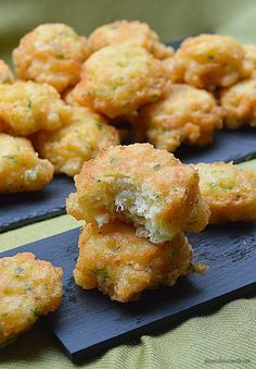 Con sabor a canela: Buñuelos de bacalao Spanish Dishes, Mexican Dishes, Spanish Food, Vegetarian Cooking, Cooking Recipes, Healthy Recipes, No Cook Appetizers, Appetizer Recipes, Puerto Rico Food