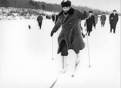 Фидель Кастро с Никитой Хрущевым первый раз катается на лыжах. Во время первого визита в СССР, 1964 г.