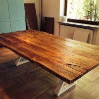 Stół ze starego dębu na nowoczesnej stalowej konstrukcji.