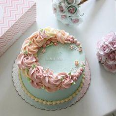 Buttercream Flower Cake, Buttercream Recipe, British Bake Off Recipes, New Years Eve Dessert, Birthday Cake For Mom, Cute Desserts, Dessert Decoration, Small Cake, Cake Shop