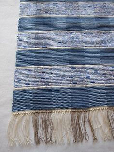 Somriga rutor, blå Braided Wool Rug, Woven Rug, Homemade Rugs, Rug Inspiration, Rug Texture, Fabric Manipulation, Bath Rugs, Rug Making, Hand Weaving
