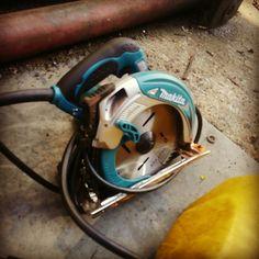 マキタ製品の電動ノコです。