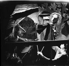 """Faust und Mephisto verhandeln, Probenfoto zu """"Das Puppenspiel vom Dr. Faust"""" am Puppentheater der Stadt Magdeburg"""