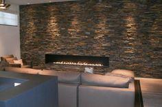 Moderne inbouw haard met breed vuur (vuurlijn) in een wand van  steenstrips voor een stoer effect | Profires partner Jos Harm · inspiratie voor sfeerverwarming