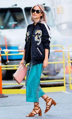 Look com jaqueta bomber, calça cropped e sandália amarrações
