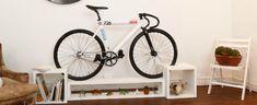 Estos muebles están diseñados para convertir la bicicleta en la protagonista absoluta del salón. Una solución que no sólo ahorra espacio, sino que añade un distinguido toque de diseño a nuestro hogar.