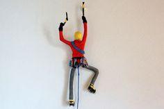 El escalador de hielo. Figura de alambre y papel.  Este escalador de hielo de one of a kind (OOAK) fue esculpido a mano usando una armadura de alambre, reciclado periódico, varios tipos de colores de papel, decoupage y técnicas de maché de papel.  Él está diseñado para colgar en la pared.  Su pose es sólido, su posición no se puede mover... se diseñó como un adorno, no es un juguete.  Él es aproximadamente 45cm alto x 20 cm de ancho (18 x 8 pulgadas) (dimensiones no incluyen cable).  El…