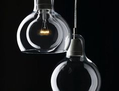Η σχεδιάστρια Sofie Refer, θέλησε να μεγεθύνει την κλασσική λάμπα σε σχήμα βολβού που ανακάλυψε ο Thomas Edison και να την μετατρέψει σε ένα πολύ ενδιαφέρον φωτιστικό. Χρησιμοποίησε υψηλής ποιότητας γυαλί για το περίβλημα, ανοξείδωτο