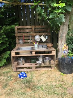 Lovely Diy Playground Design Ideas To Make Your Kids Happy 37 Outdoor Play Kitchen, Diy Mud Kitchen, Mud Kitchen For Kids, Kids Outdoor Play, Backyard For Kids, Pallet Mud Kitchen Ideas, Kitchen Decor, Kitchen Mats, Backyard Games