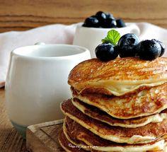 Pancakes alla vaniglia con mirtilli e sciroppo d'acero