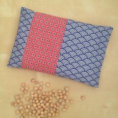 Bouillotte sèche rectangulaire aux noyaux de cerise avec sa housse en tissu japonais bleu et rouge : Soin, bien-être par nymeria-creation