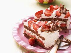 Wer sagt denn, dass eine Schwarzwälder Torte nicht auch mit Erdbeeren super lecker schmeckt?Schwarzwälder-Erdbeer-Torte - smarter - Zeit: 45 Min. | eatsmarter.de
