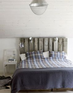 Pallet headboard and concealed bedroom storage Home Bedroom, Bedroom Decor, Winter Bedroom, Bedroom Interiors, Bedroom Ideas, Scandinavian Bedroom, Minimalist Scandinavian, Creation Deco, Awesome Bedrooms