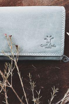 """Klassisch schön und elegant und innen versehen mit einem ausgetüfftelten Ordnungssystem – diese Geldbörse """"Ivy"""" weiß einfach in allen Belangen das Beste zu bieten. Das robuste und hochwertig verarbeitete Büffelleder überzeugt mit Festigkeit und Formstabilität.  Gusti Leder - Portemonnaie - Geldbeutel"""