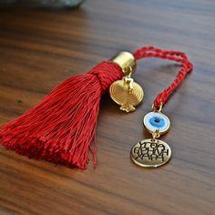 Χειροποίητο γούρι με κόκκινη φούντα με επίχρυσα στοιχεία: ρόδι, μάτι και ευχές. Tassel Necklace, Personalized Items, Christmas, Jewelry, Ornaments, Xmas, Jewlery, Jewerly, Schmuck