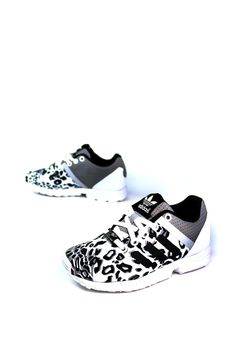 Give little feet a fresh look with this kids' version of the ZX Flux. The leopard graphic on the satin upper shows your kid is fierce, and the rubber outsole with midfoot support gives them a stable f