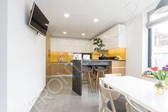 O bucătărie simplă, cochetă şi compactă, în care spaţiul este valorificat la maxim. Mobilierul de bucătărie este modern, liniar, fără mânere sau ornamentaţii, un design simplu şi minimalist. O mică peninsulă, creează o zonă de bar cu scaune înalte şi… Bar, Minimalism, Conference Room, Vanilla, Modern, Kitchen, Table, Furniture, Design