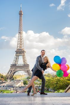 Fun and balloons during Paris engagement photo session at the Eiffel Tower. Picture taken by Fran Boloni, Paris engagement photographer