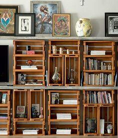 Em um projeto do Estúdio Vitor Penha, caixotes de pínus, feitos pela Marcenaria Medeiros, ganharam forma de estante no apartamento. Ideia di...