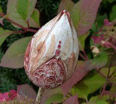 """Pflanzen- & Gartenstecker - Gartenschmuck rot-weiße """"BLÜTENKNOSPE"""" - ein Designerstück von Brigitte_Peglow bei DaWanda"""