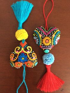 Corazón o mandala colgante « Dekoration Garden Woody Packer Felt Embroidery, Embroidery Stitches, Embroidery Patterns, Diy And Crafts, Arts And Crafts, Pom Pom Crafts, Passementerie, Fabric Jewelry, Felt Hearts