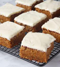 Söta bakverk kaka i långpanna:Supersaftiga morotsrytor med en drömgod frosting!