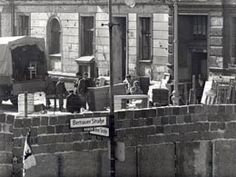 Eviction of residents on Bernauer Strasse, 24 September 1961 © Landesarchiv Berlin