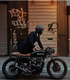 Check out this incredible cafe racer girl - what an inspired innovation Cafe Racer Honda, Cb 750 Cafe Racer, Norton Cafe Racer, Cafe Racer Build, Vintage Cafe Racer, Vintage Bikes, Moto Cafe, Cafe Bike, Scrambler Custom
