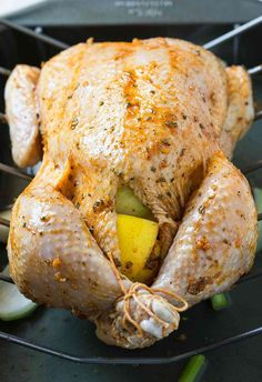 Learn to make perfect super juicy garlic & herb roasted whole chicken in the oven. Quick preparation & tons of flavors with delicious gravy on the side. Whole Baked Chicken, Stuffed Whole Chicken, Fried Chicken, Lemon Butter Chicken, Roast Chicken Recipes, Baked Whole Chicken Recipes, Chicken Spices, Garlic Chicken, Rotisserie Chicken